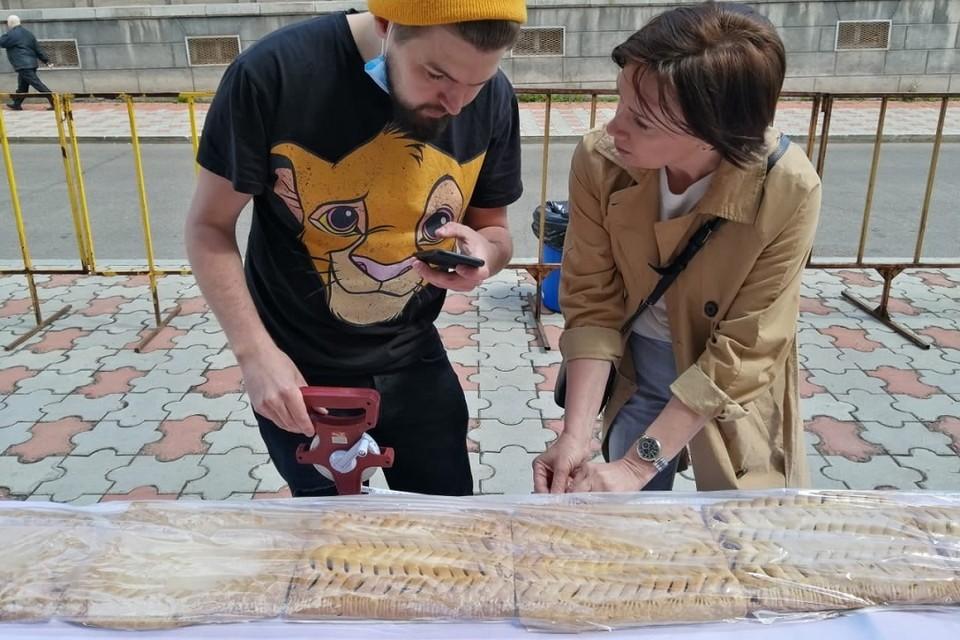 """Измерение пирога-гиганта для фиксации рекорда. Фото: предоставлено проектом """"Иркутская область. Книга рекордов""""."""
