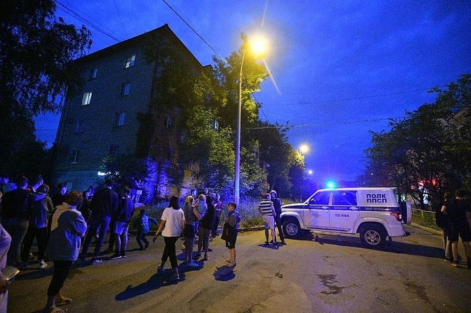 На улице Бородина быстро приехали сотрудники правоохранительных органов.