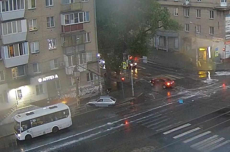 Пешеход, стоявший на светофоре, успел сделать шаг назад. Кадр с видео камеры «Интерсвязь»