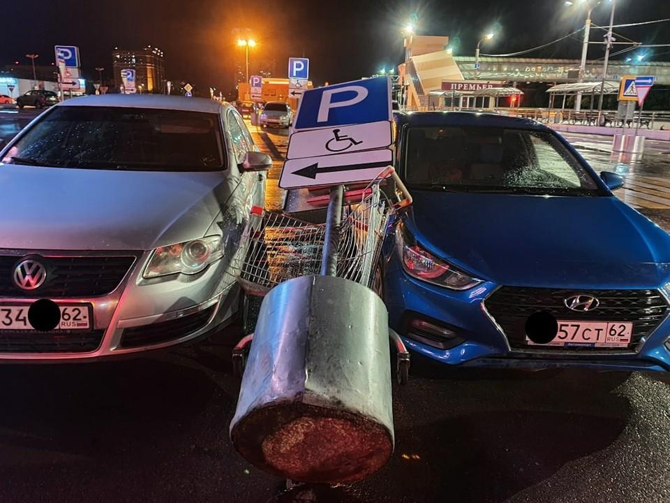 На парковке ТРЦ «Премьер» упавший знак повредил две машины. Фото: ПУВР | Владимир Белый