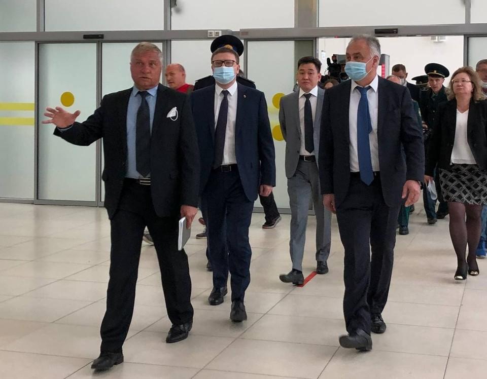 Замминистра транспорта РФ Игорь Чалик и губернатор Алексей Текслер побывали в открытом новеньком международном терминале