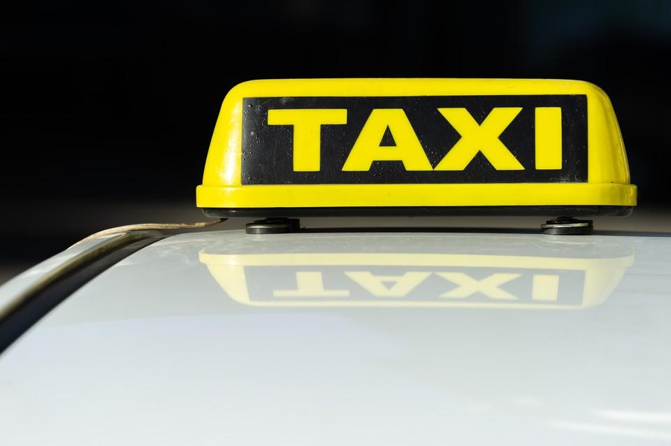 Таксиста, везшего семью с детьми, свалил инсульт, вызванный коронавирусом.