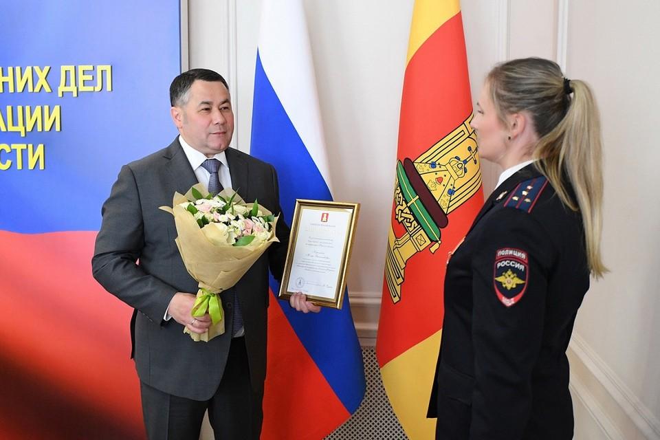 Глава региона не просто поздравил - вручил награды и цветы. Фото: ПТО