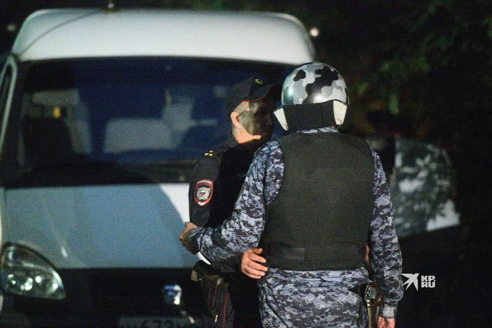 Кроме этого во время стрельбы был ранен в ногу сотрудник вневедомственной охраны Росгвардии, он продолжит лечение дома.