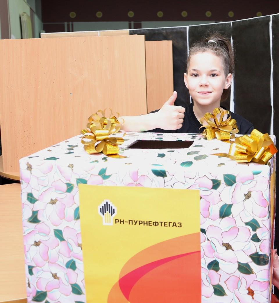 В подарок от пурнефтегазовцев дети получили «Коробку радости». Фото - «РН-Пурнефтегаз».