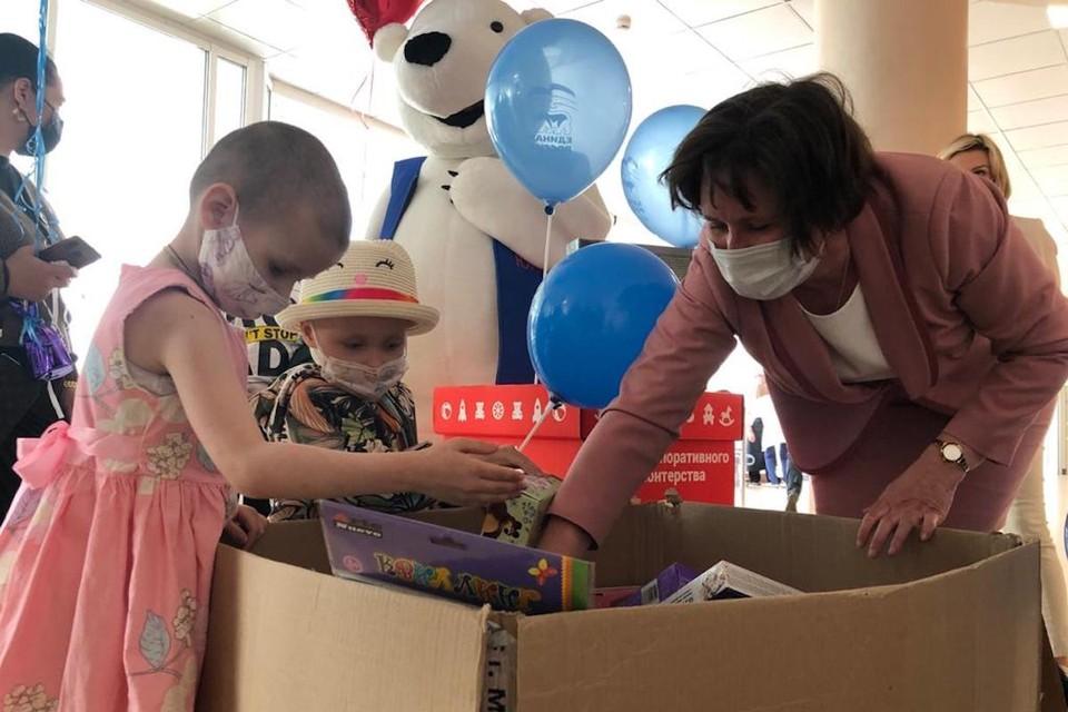 Светлана Разворотнева привезла подарки юным пациентам Национального медицинского исследовательского центра онкологии имени Н.Н. Блохина. Фото: Екатерина БИБИКОВА.