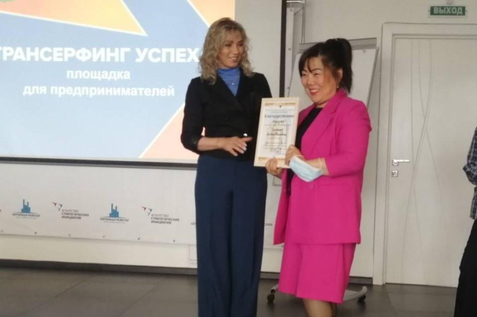 Наталья Давыдова вручила благодарность предпринимательнице Альбине Дамбаевой.