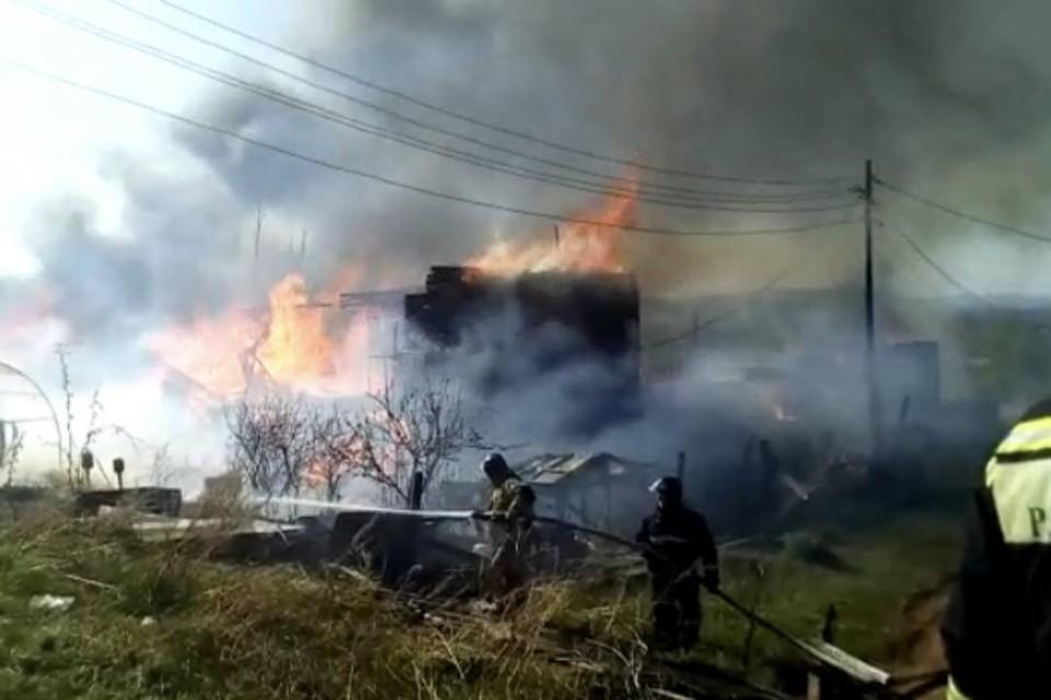 В Братске остановили распространение огня в жилом районе, где горят два двухэтажных деревянных дома