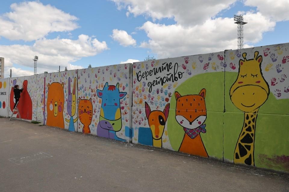 В создании граффити принял участие глава города Иван Носков. Фото: пресс-служба администрации города Дзержинска