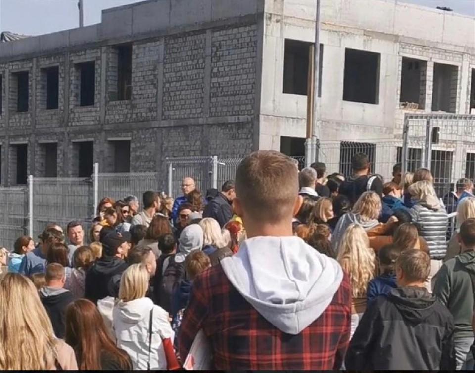 Возле здания новой школы собрались родители, чтобы передать документы на зачисление