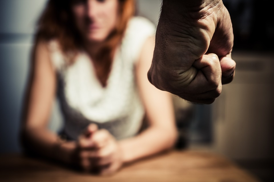Cпортсмен набросился на девушку с кулаками и нанес ей несколько ударов по лицу, а после стал угрожать ножом.