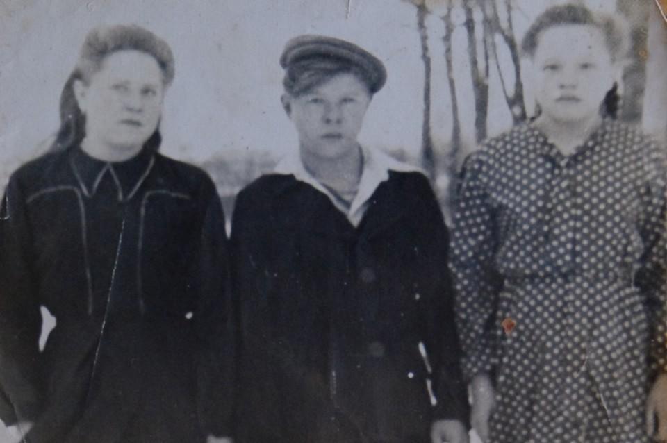 Слева направо Валентина, Александр и Зоя Холодовы. 1948 год, поселок Приозерье.