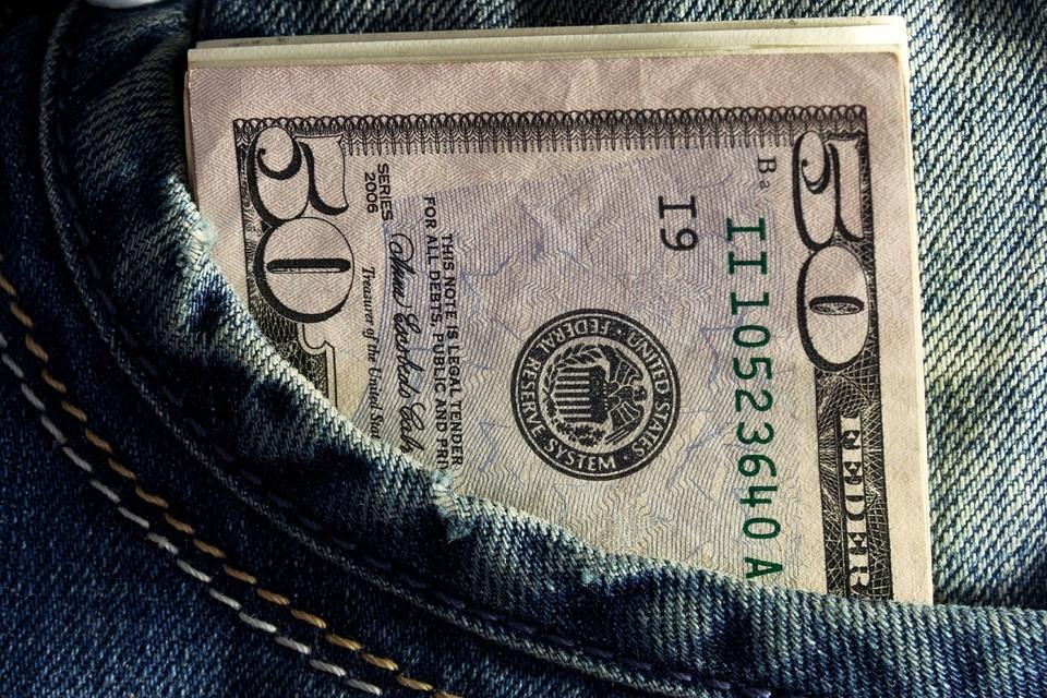 Американская валюта немного подешевела