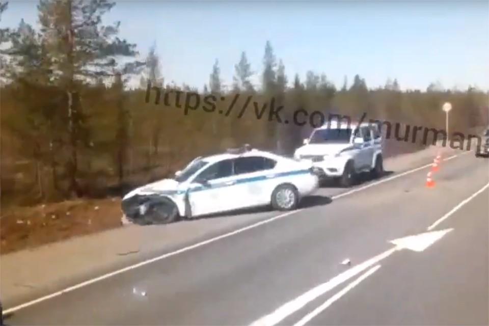 От удара Nissan выкинуло в кювет, а служебная машина оказалась на противоположной стороне дороги. Фото: ДТП ЧП Мурманск / vk.com/murmansk_dtp