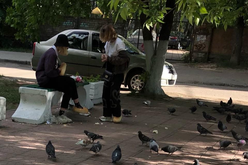 Девочки с батонами на ногах перессорили пользователей соцсети. Фото: vk.com/tverlive