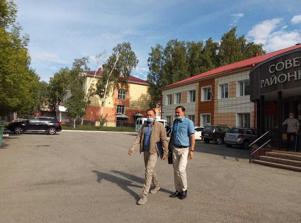 Ринат Аминов (слева) и его адвокат покидали здание суда усталые , но довольные.