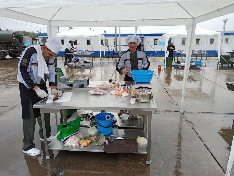 Военные повара готовили под дождем. Фото пресс-службы ЦВО