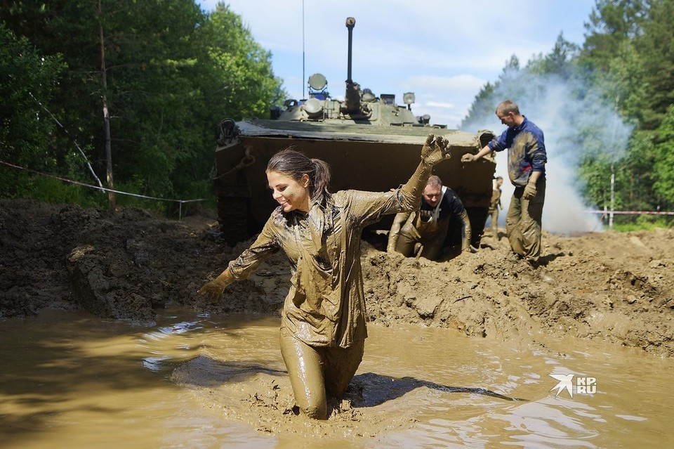 Придется участникам окунаться и в грязевые ямы.