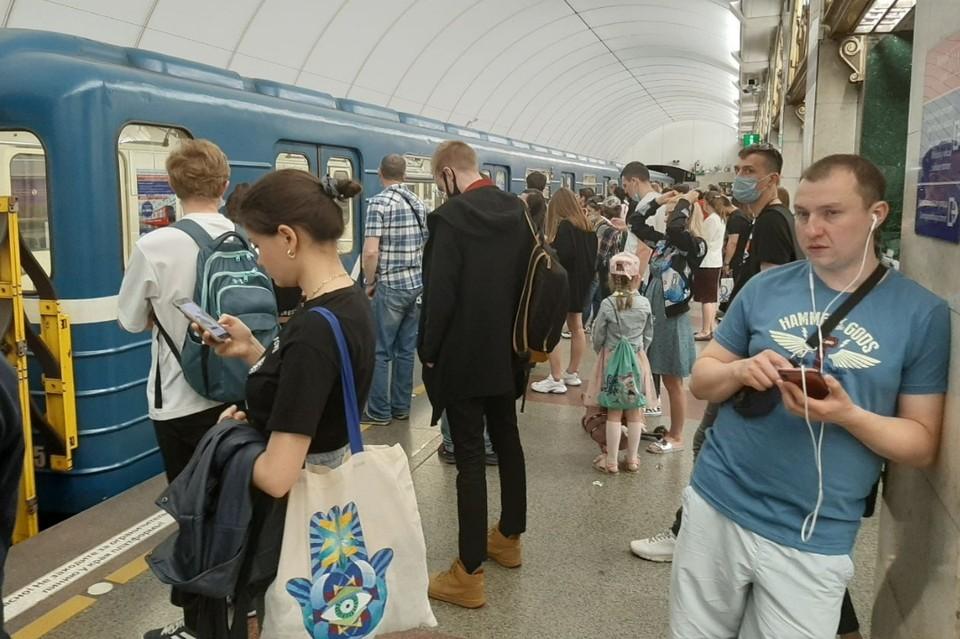 """На """"Звенигородской"""" произошел затор из-за сломанных дверей у поезда."""