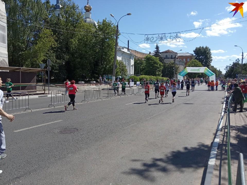 Участники марафона бегут по набережной в Твери.