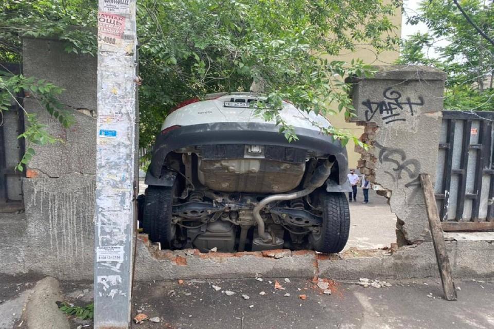 В Ростове автоледи протаранила кирпичную стену. Фото: ГИБДД по РО