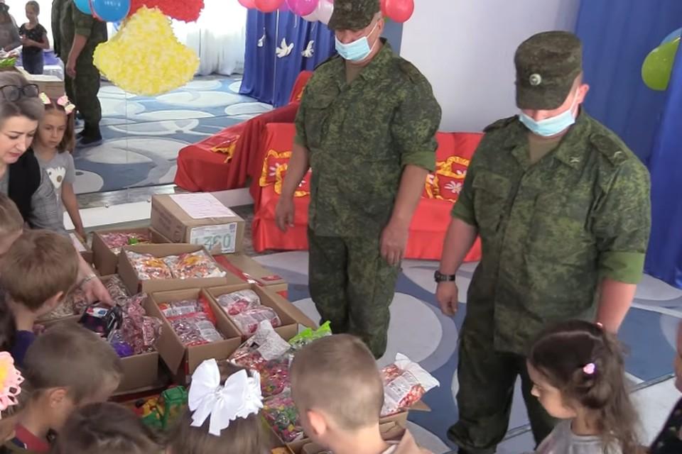 В гуманитарную помощь вошли сладости, канцелярские принадлежности и игрушки. Фото: пресс-служба Народной милиции ЛНР