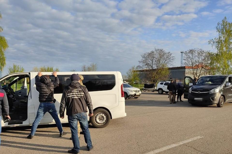 Вот так нередко встречают на украинской границе микроавтобусы, которые едут с жителями ДНР через Россию. Фото: ГСПУ