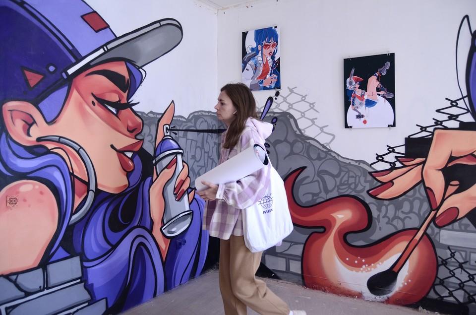 Фотография, инсталляция, живопись, графика, керамика, граффити, фотоколлаж – все это можно посмотреть в трехэтажном здании на Мельничной, 8.