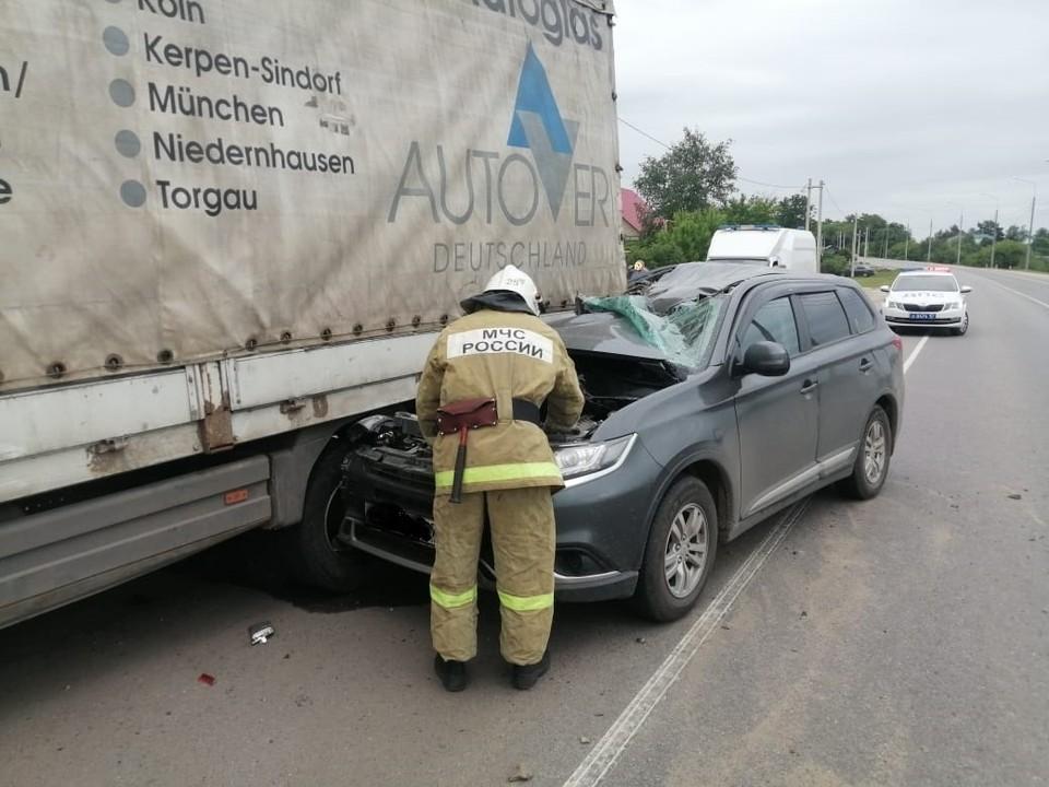 В Кромском районе «Мицубиси» на скорости врезался в припаркованный большегруз. Фото: ГУ МЧС России по Орловской области