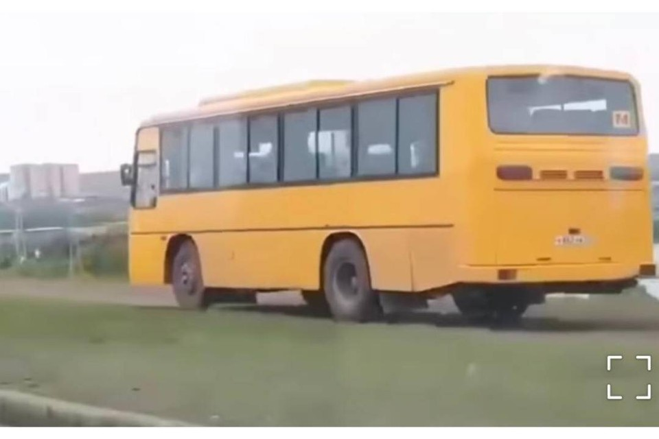 Объехавшего по обочине пробку водителя автобуса нашли через соцсети в Иркутске