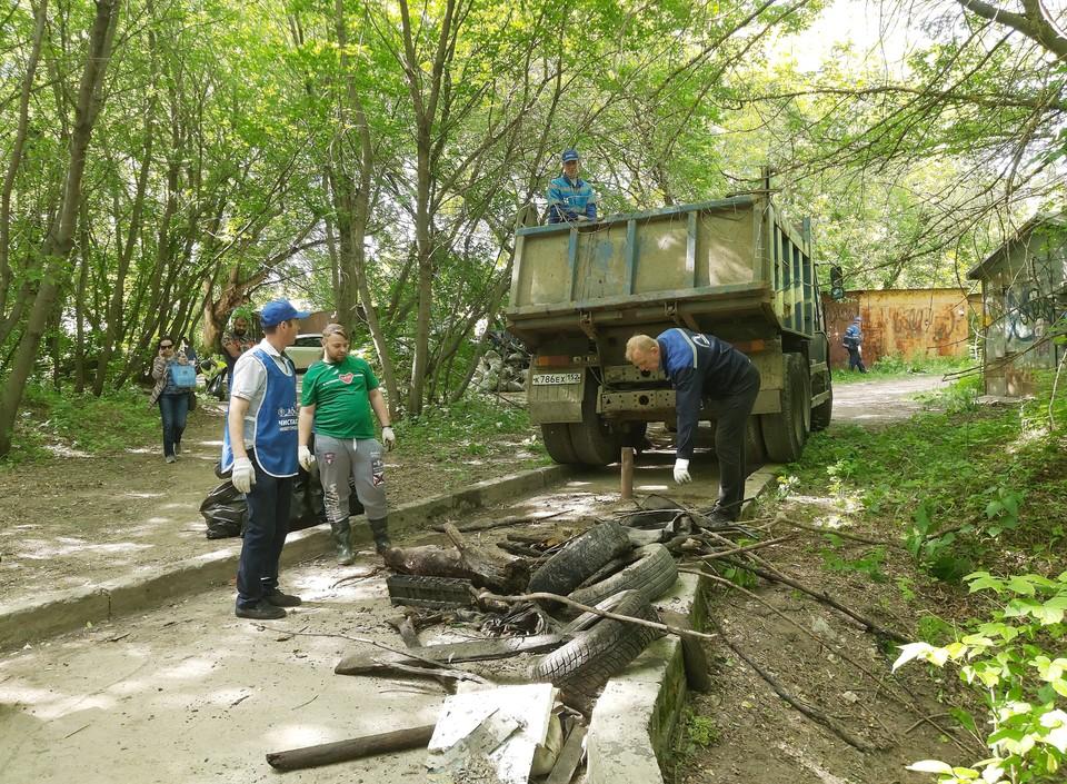 С берегов речки Ковы в Нижнем Новгороде вывезли КамАЗы мусора. Фото: Нижегородский водоканал