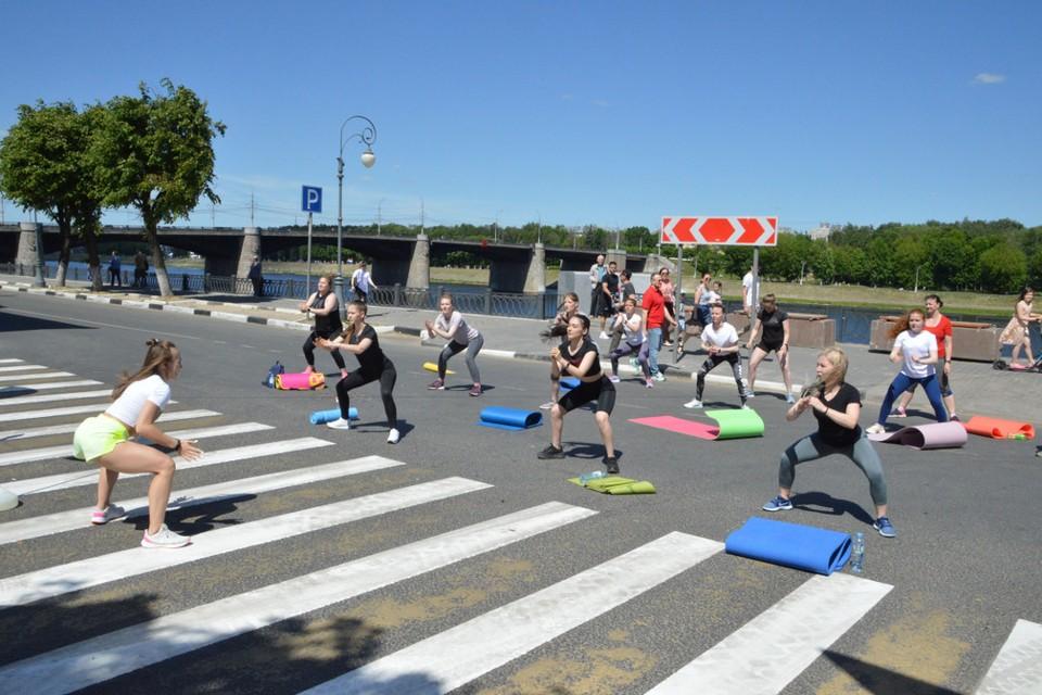В эти выходные набережную уже перекрывали ради фестиваля фитнеса. Фото: администрация Твери.