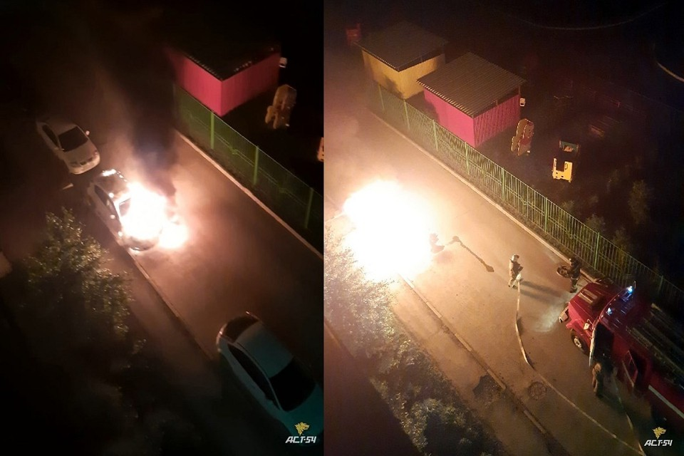 """В Новосибирске во дворе дома сгорел припаркованный автомобиль. Фото: """"АСТ-54""""."""