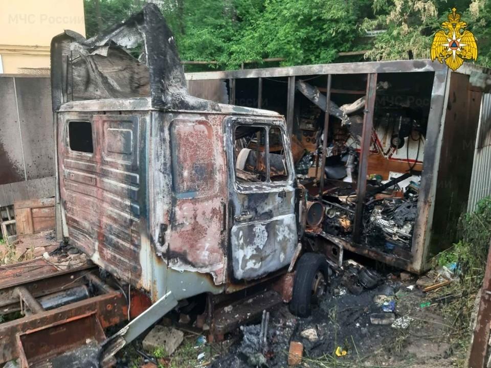 Автомобиль «ЗИЛ» сгорел из-за детской шалости в Смоленске. Фото: ГУ МЧС России по Смоленской области.