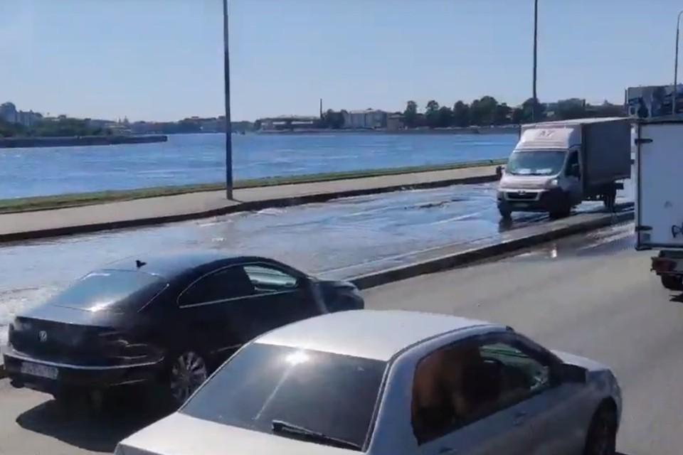 На Свердловской набережной в Петербурге образовался потоп. Фото: vk.com/spb_today