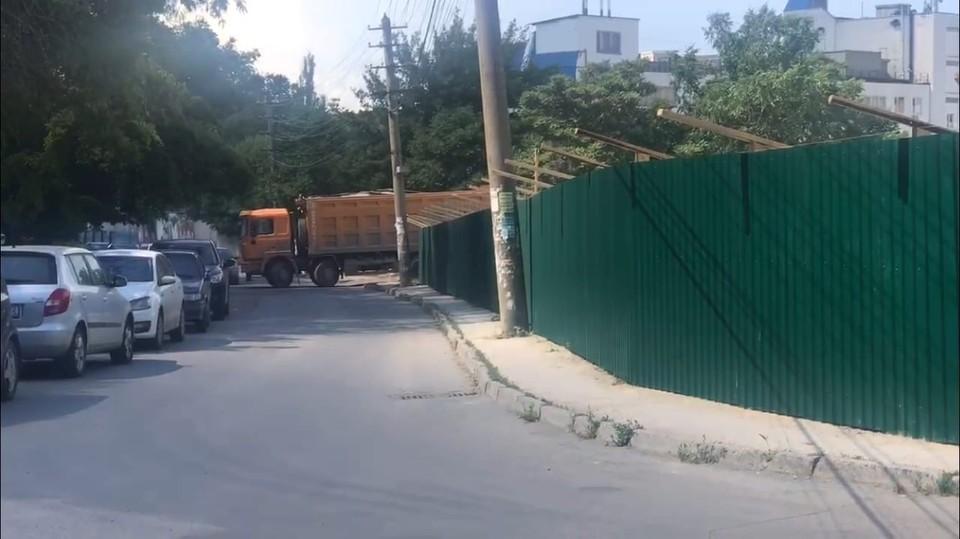 Сейчас рабочие расчищают и готовят территорию предприятия для нового строительства.