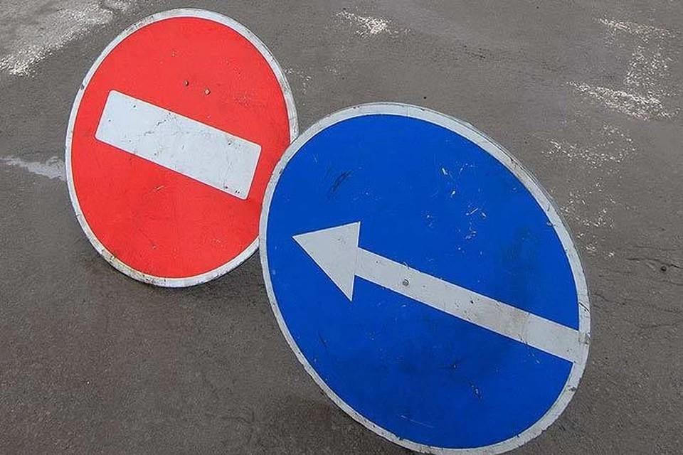 Объезжать перекрытый участок автомобилистам следует в соответствии с установленными временными знаками дорожного движения.