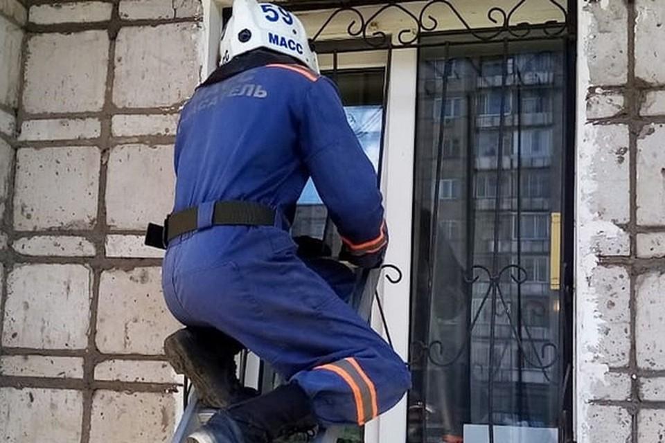 Чтобы освободить подростка из запертой ванной, им пришлось лезть в окно. Фото: МАСС