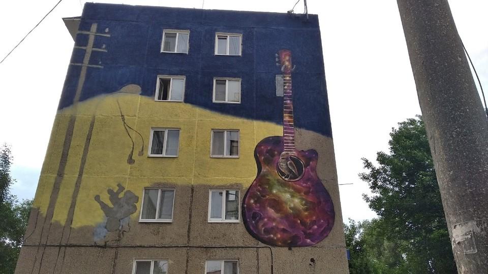 Конечный вариант рисунка будет представлять собой гитару с порванными струнами и небольшим портретом самой певицы на инструменте.