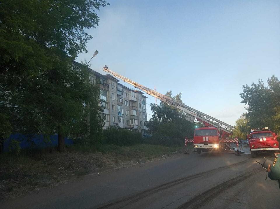 В Омске до глубокой ночи тушили пожар в многоквартирном доме.