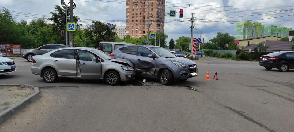 В аварии пострадала девушка-водитель Фольксвагена