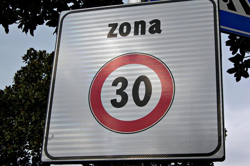 Сторонники идеи приводят в пример опыт Италии, где существует знак «Зона 30». Там, где он действует, скорость движения ограничена именно этой цифрой