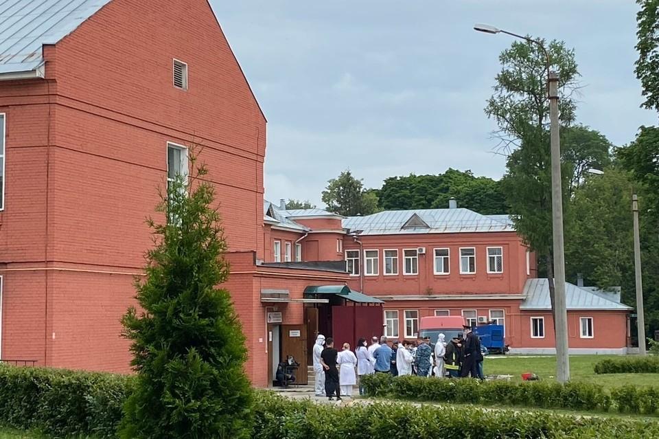 Эвакуированные из ковидного госпиталя рязанской больницы Семашко после пожара.