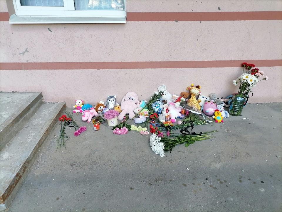 В Самаре на месте гибели трехлетней девочки организовали стихийный мемориал