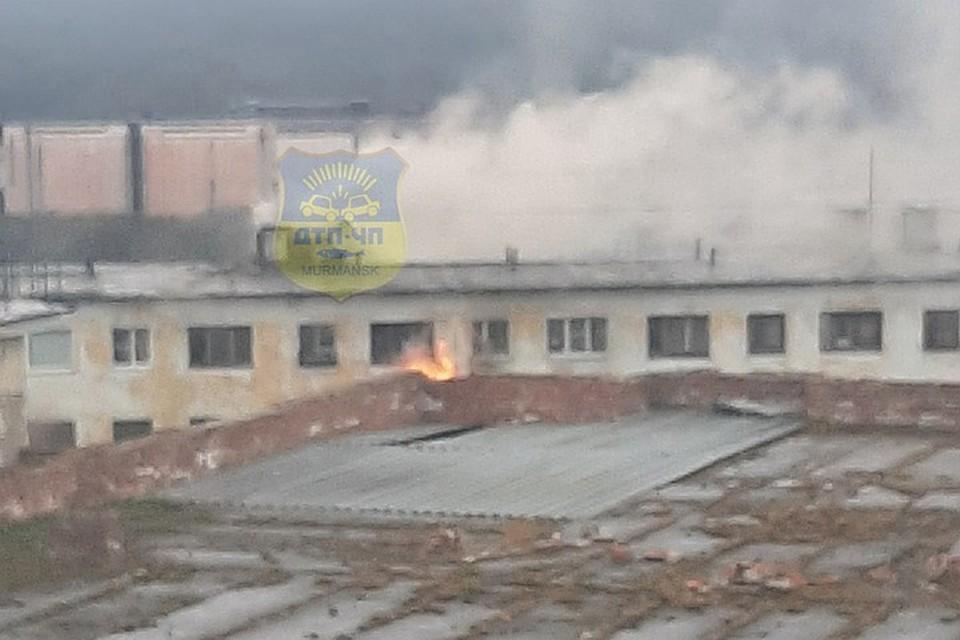 Из пожара спасли 9 человек, в том числе два пострадали, а потом один из спасенных скончался. Фото: vk.com/murmansk_dtp