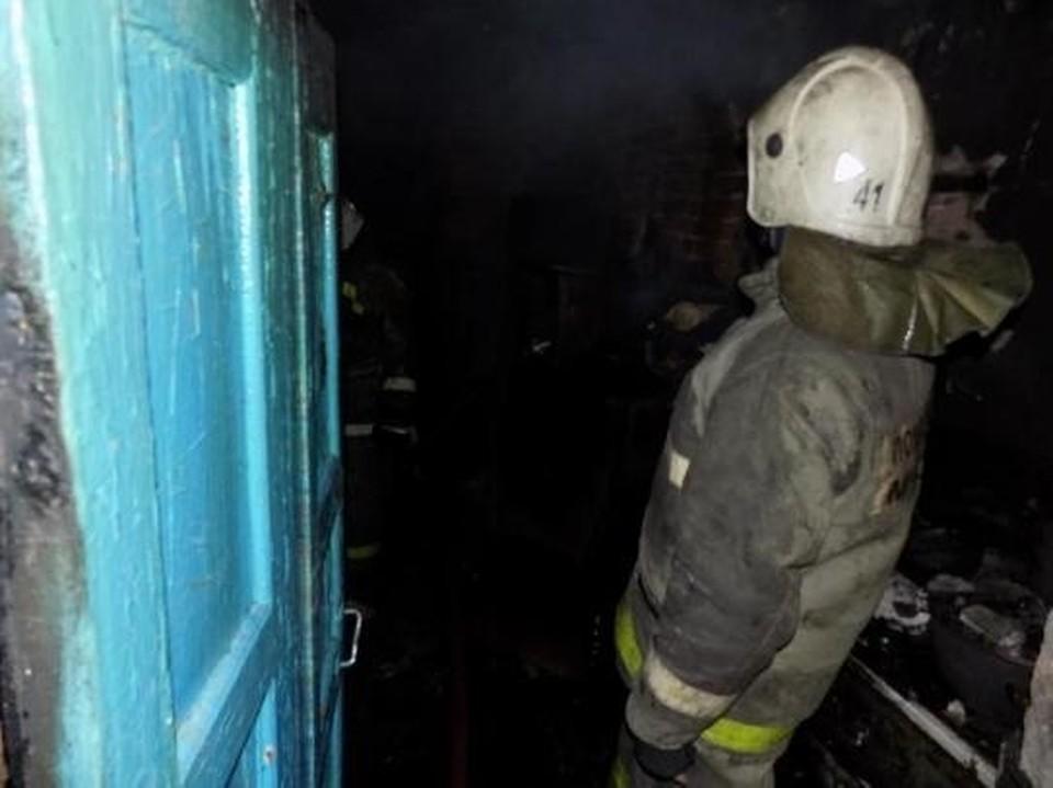 Двух человек вывели из горящего дома и отвезли в больницу.