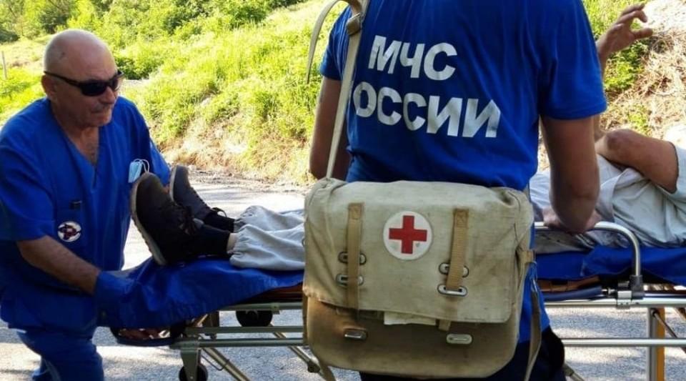 Спасатели нашли мужчину и помогли доставить его к медикам. Фото: ГУ МЧС РФ по РК.