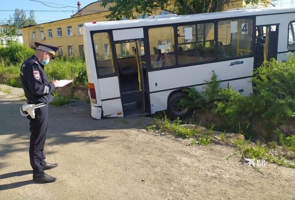 Автобус повалил металлические ворота и влетел в людей. Фото: УГИБДД по Свердловской области