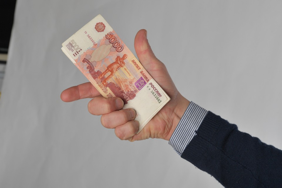 Взятку в 50 тысяч рублей пытался дать продавец контрафактной обуви полицейскому в Саянске