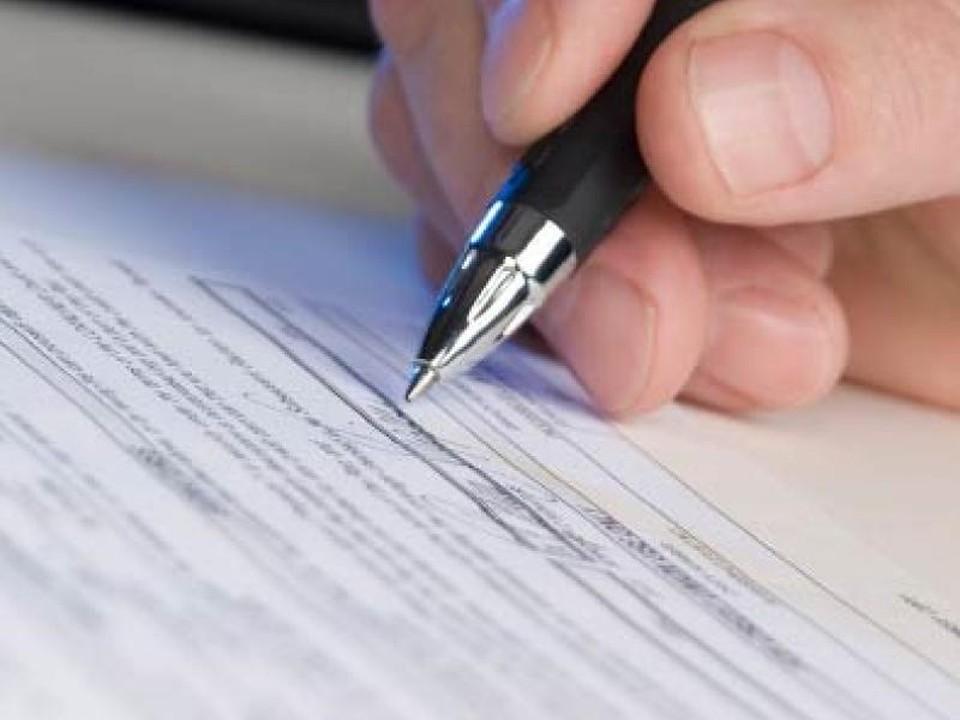 С помощью поддельных документов одна из руководителей Пенсионного фонда улучшила материальное положение своего мужа и еще двух граждан.